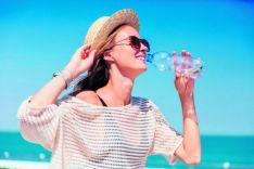 Mujer con una botella de agua.