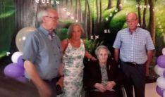 La centenaria, con sus tres hijos en el homenaje. /Dip.