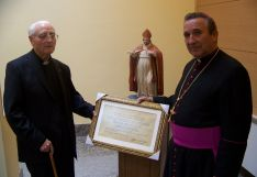 Imagen de Teófilo Portillo con el anterior Obispo de Osma-Soria.