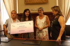 Imagen de la entrega del dinero recaudado en el mercadillo solidario de la residencia de El Burgo de Osma.