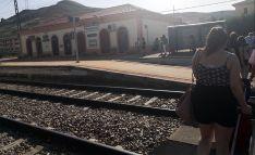 Los viajeros tras desembarcar en Medinaceli para continuar por autobús su viaje hasta Soria. /Twitter