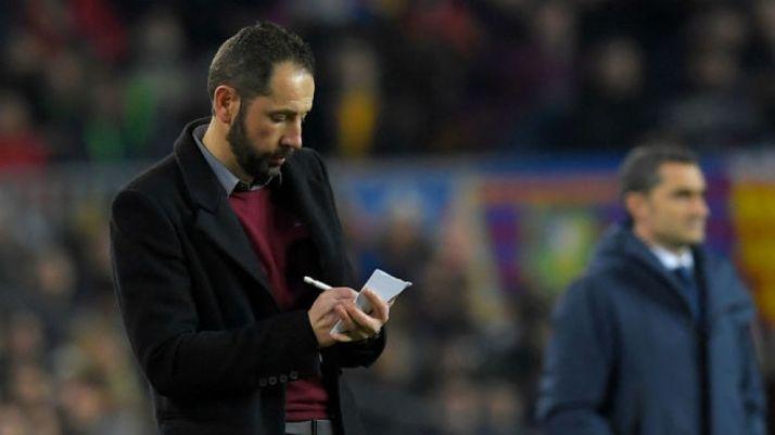 Pablo Machín y su pizarra. A su lado, alejado, Ernesto Valverde. AFP.