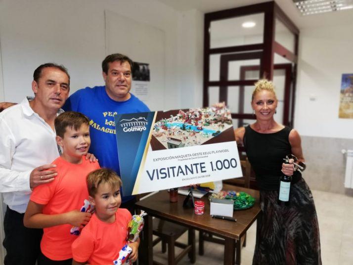 Fotografía del diploma y la botella de vino que se le entregó a Eva Valtueña.