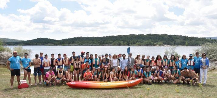 Jóvenes en las actividades de verano de la Junta este mes de julio en el pantano.