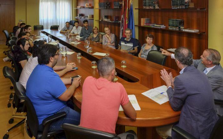 Encuentro con los participantes de los programas Añoranza y Raíces. /Jta.