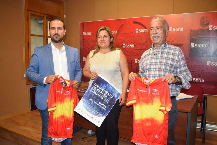 Roberto Coca, Esther Pérez y Ángel Hernández presentan el campeonato de ciclismo en el Consistorio de Soria. Ayuntamiento de Soria.
