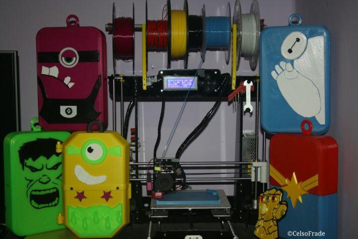 Una impresora 3D con varias de las carcasas diseñadas para ayudar a los más pequeños a luchar contra la leucemia. / Celso Frade