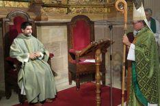 El presbítero, sentado, frente al obispo, durante el nombramiento. /DOS