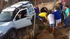 Un grupo de personas y agentes del CNP atienden al corneado.