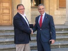 Francisco Rubio y el nuevo presidente del CD Numancia Moisés Israel se saludan ante el Ayuntamiento de Soria. CD Numancia