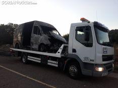 Restos del vehículo tras el incendio. /SN