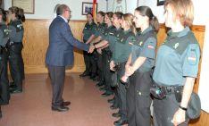 El subdelegado saluda a algunas de las guardias civiles destinadas en Soria. /Subdeleg.