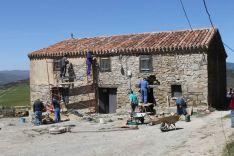 ornada de hacendera para rehabilitar la escuela como centro social. /Asociación