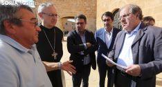 Herrera, (dcha.) conversa con el alcalde en presencia del abad, del regidor de Arcos y del consejero de Fomento. /SN