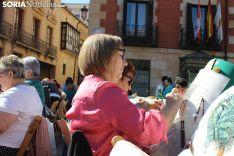 XII Encuentro de encajeras de bolillos en la plaza Mayor.