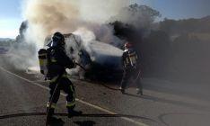 Los bomberos en la extinción del fuego. /Dip.