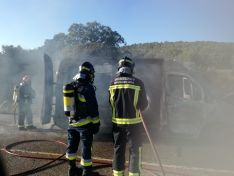 Foto 6 - Arde una furgoneta en la 234 a la altura de Ciria