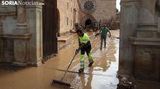 Labores de limpieza el lunes tras la avenida. /SN