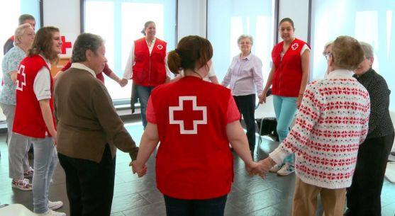Voluntarios de Cruz Roja con personas de la tercera edad. /CR