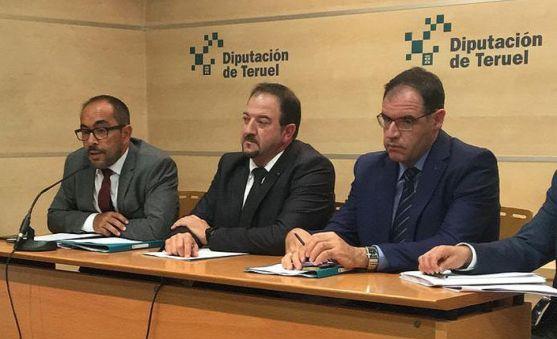 Luis Rey, (izda.) con los presidentes de Teruel (ctro.) y Cuenca. /Dip.
