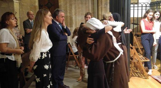 La religiosa abraza a uno de los familiares presentes. /DOS