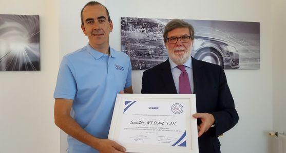 Jiménez y Aparicio con el diploma acreditativo. /FOES