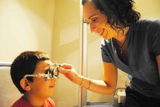 Los niños deben ser revisados por el óptico./ Óptica en Altea