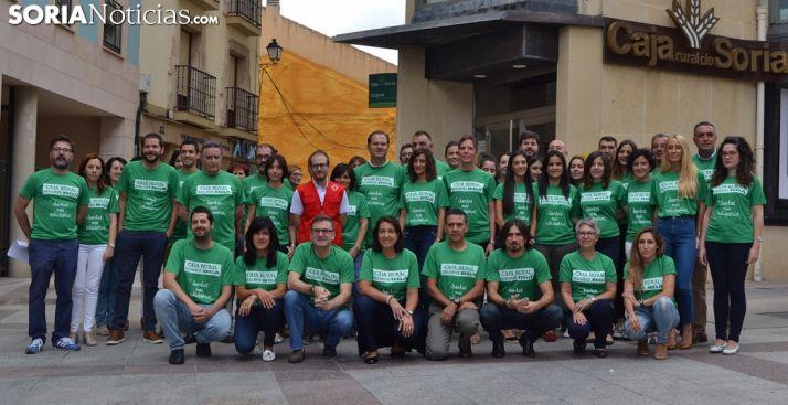 Los empleados de Caja Rural de Soria, con camisetas de color verde este jueves. /SN