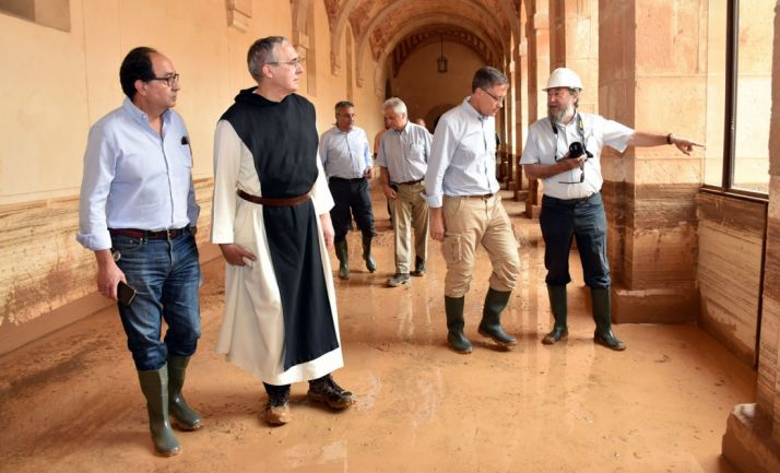 El abad, en el claustro del monasterio junto al delegado territorial en la visita de los directores generales de Patrimonio y Protección Civil de la Junta. /Jta.