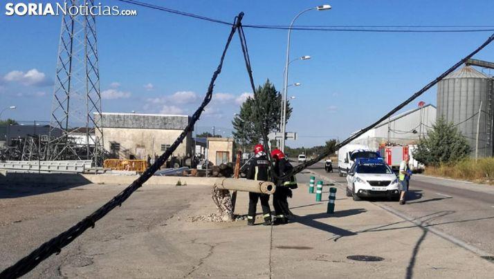 Bomberos y policías locales en el lugar tras el derribo. /SN