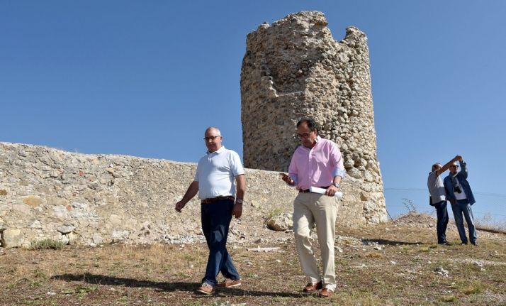 El alcalde (izda.) y el delegado de la Junta este miércoles al pie de la edificiación. /Jta.