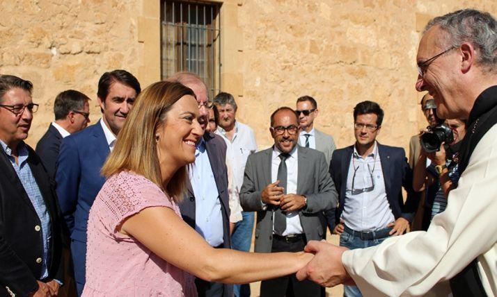 Virginia Barcones saluda al abad del monasterio, Isidoro Anguita, este miércoles.