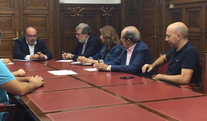 Imagen de la reunión de la patronal con el subdelegado.