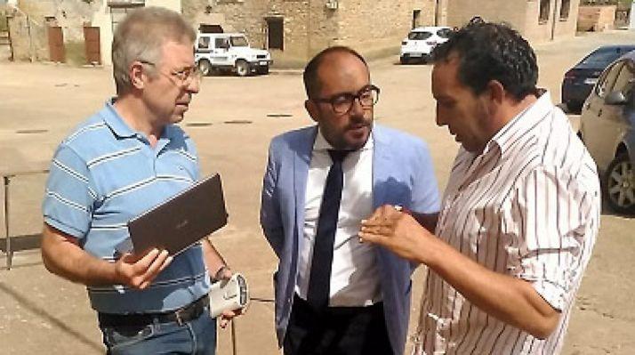 Raúl Lozano (dcha.), con Luis Rey y un técnico de Ciaqua. /Dip.