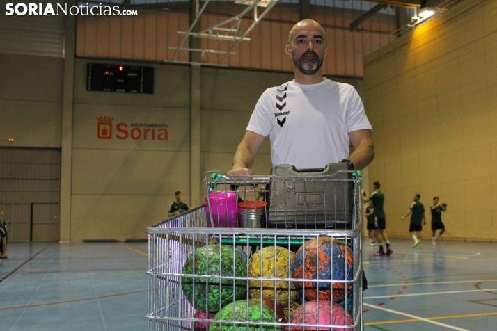 Dani Bandrés posa con un carro lleno de pelotas de balonmano.