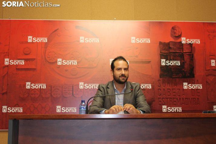 Ángel Hernández, concejal de Deportes, presenta el programa deportivo de San Saturio. SN