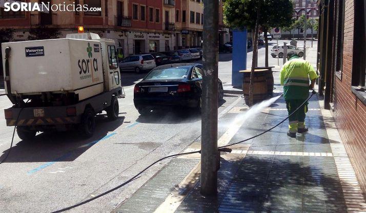 Labores de limpieza en una de las calles de la capital. /SN