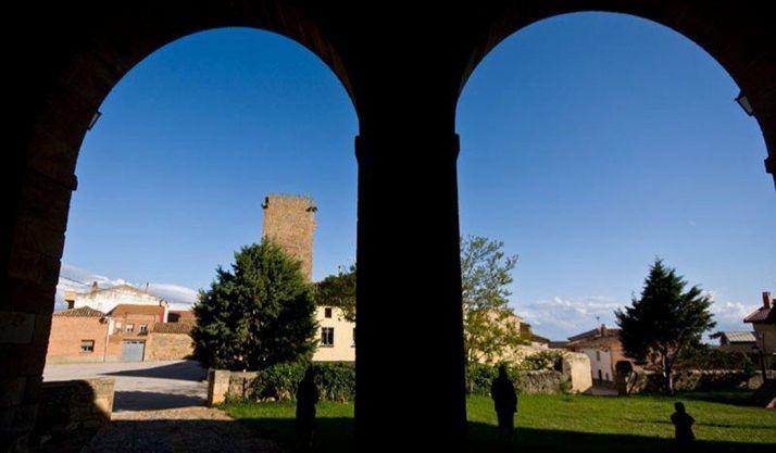 Imagen de Noviercas través del pórtico su templo parroquial. /Ayto. Noviercas