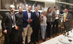 Asistentes a la inauguración en el posterior vino español.