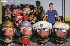 Manuel Izquierdo junto a los gigantes y cabezudos. Carmen de Vicente