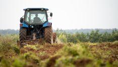 Un tractor arando una parcela agrícola.