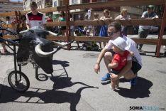 En la imágen un niño disfruta junto a un carretón en un encierro organizado por AC Soriana de Encierros.