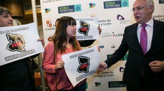 Miembros de la Soria Ya con el presidente de La Rioja.