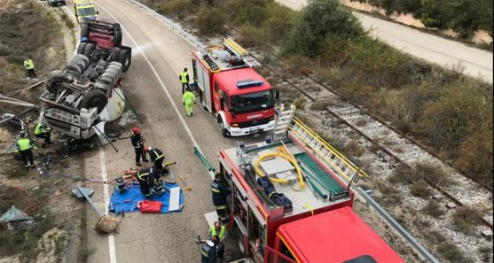 Imagen del operativo y el vehículo siniestrado. /Dip.