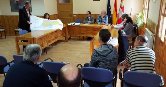 La Comisión Local de la concentración parcelaria reunida este martes en el ayuntamiento de Langa. /Jta.