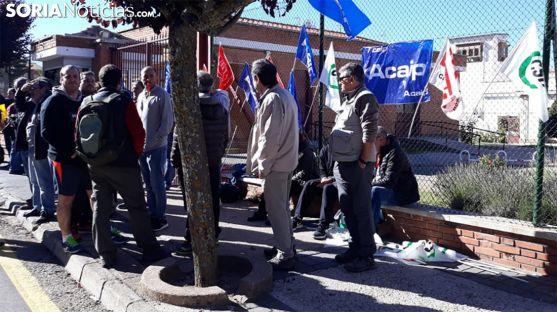 Funcionarios concentrados este miércoles a la entrada de la prisión. /SN