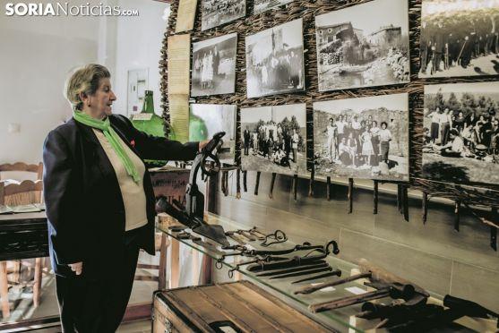 Elena Martínez observa los objetos y fotografías de La Muedra. Carmen de Vicente