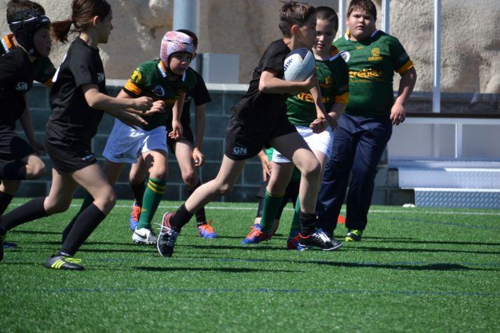 Un niño corre con el balón durante una sesión que planificó la Escuela Trebia. Soria Club de Rugby