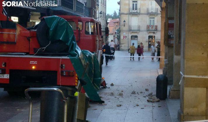 Cascotes desprendidos de un edificio el pasado mes en el Collado. /SN