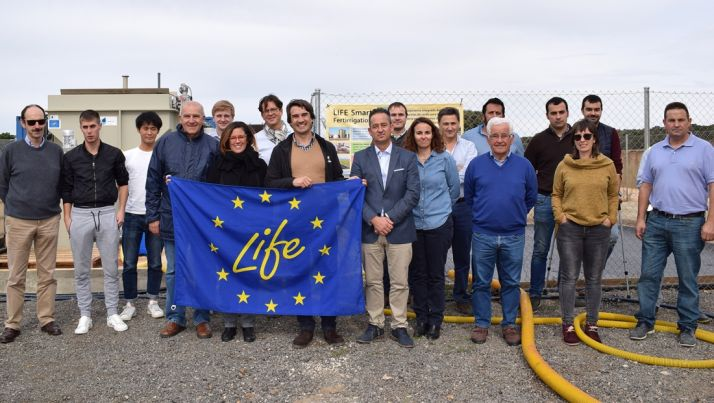 Asistentes a la jornada técnica junto a la planta experimental de transformación del purín de la granja de Baniel.